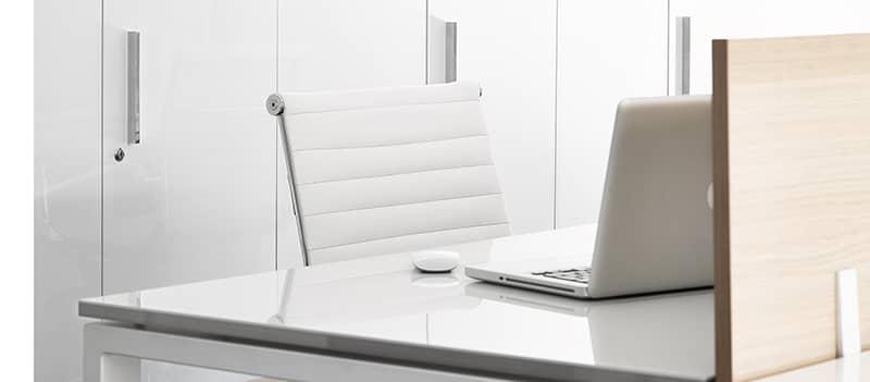 Detalle del acabado alto brillo luxe para mesas de oficina